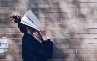 """,,Fogtam a könyvem, és megkerestem a legárnyékosabb helyet.""""- egy hallássérült könyvmoly nyara"""