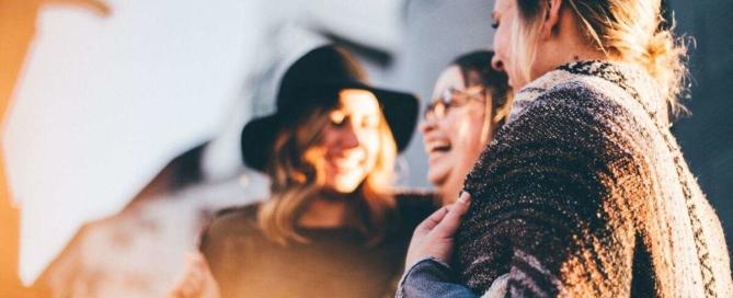 Első hallókészülék, első alkalom társaságban - így illeszkedhetsz be könnyebben!