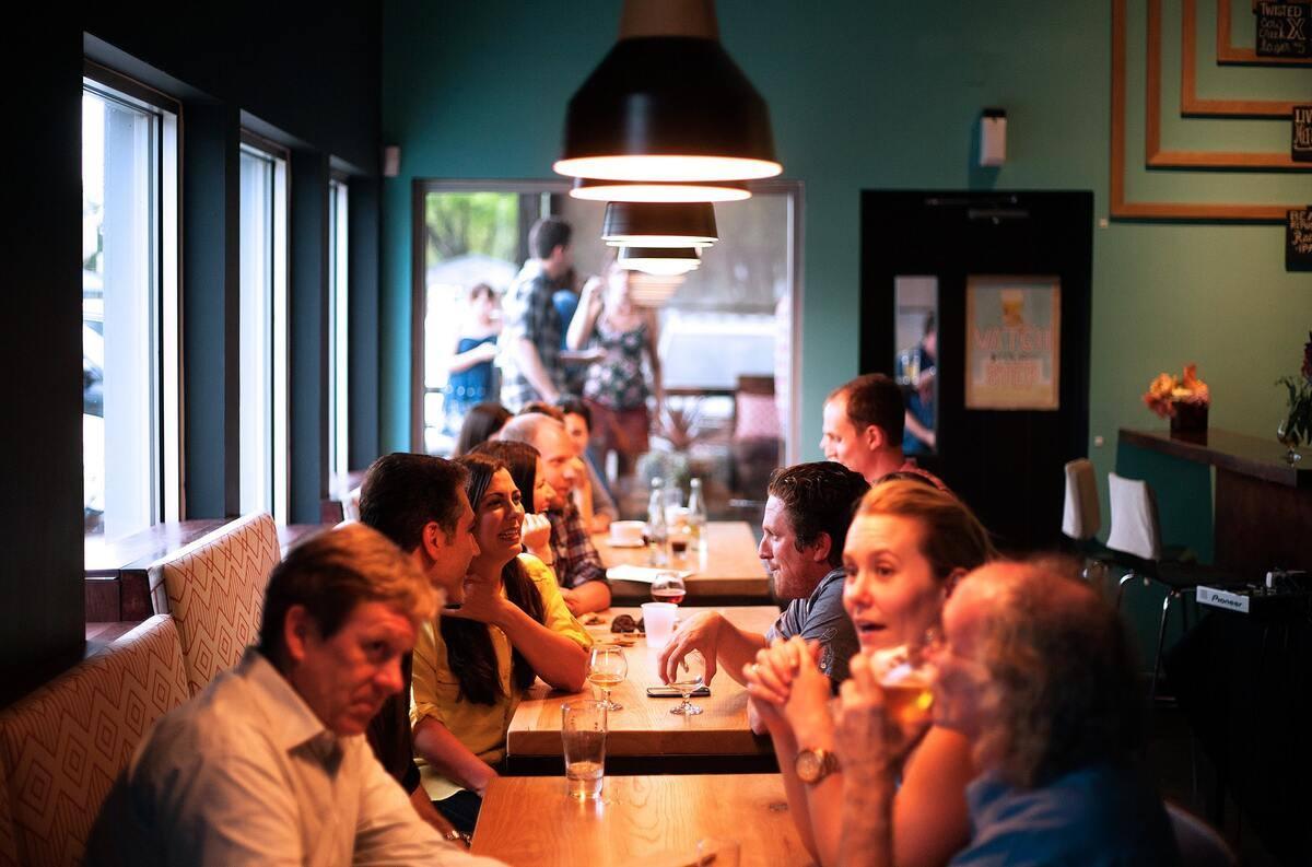 Kávézó, étterem, cukrászda - így nem fog szorongást okozni a nagyothallás!
